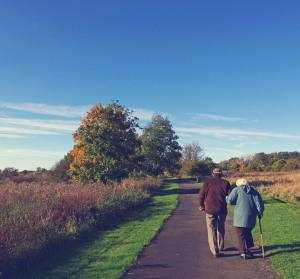 spacer starsza osoba wsparcie