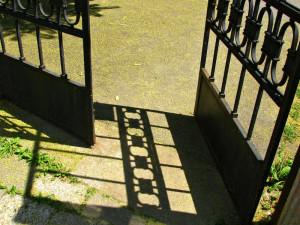 zostawianie otwartych drzwi i kluczy w zamku