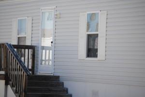 seniorzy nie powinni otwierać drzwi obcym osobom