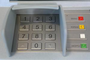 bezpieczne korzystanie z bankomatu